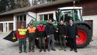 An der Übergabe des neuen Forsttraktors in Kaisten nahmen teil (von links): Daniel Rehmann, Marcel Senn, Urs Vogt, Marco Stefani (Verkäufer), Oliver Eichenberger (Förster) und Stefan Moser (Gemeinderat). – Foto: chr