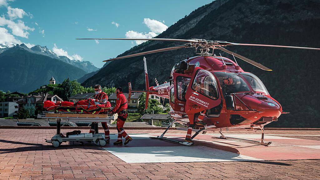 Eine Crew der Air Zermatt bringt eine gerettete Person ins Spital Visp.