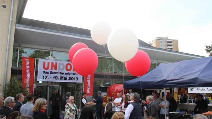 Rote und weisse Luftballons symbolisieren die offizielle Eröffnung der Gewerbeausstellung in Obersiggenthal.