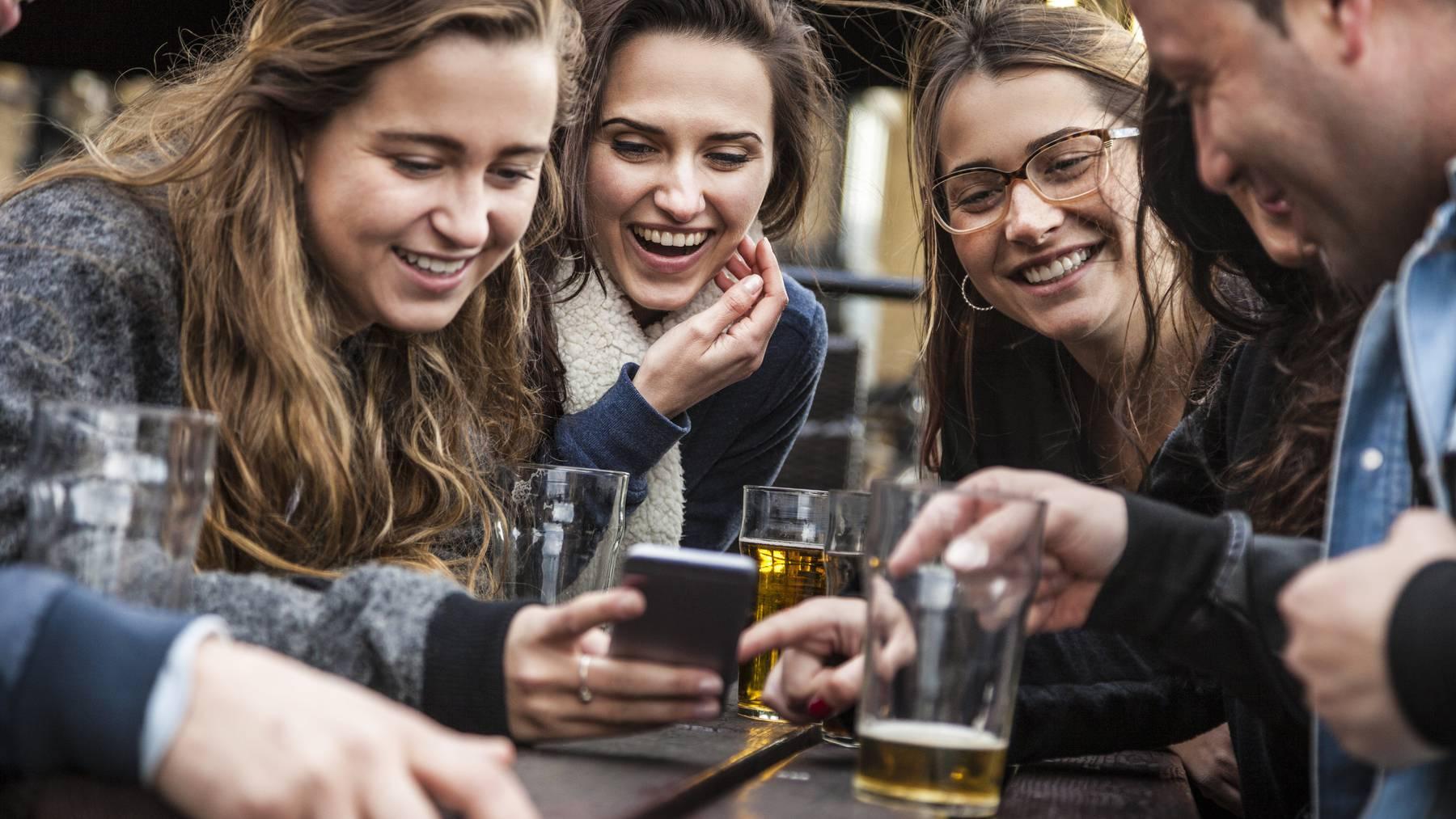 Bei einem Bier lernt man neue Leute kennen und kommt sich auch näher.