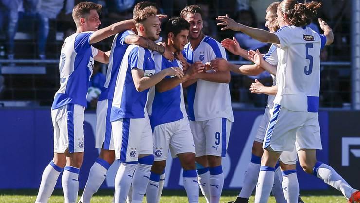 Sherko Gubari wird von seinen Mitspielern nach dem 1:0 im Final beglückwünscht