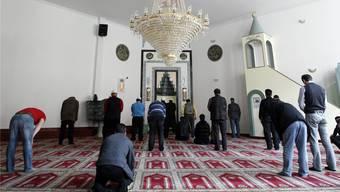 Gläubige beten in der Moschee des Islamisch-Albanischen Vereins in Winterthur. KEYSTONE/Alessandro Della Bella