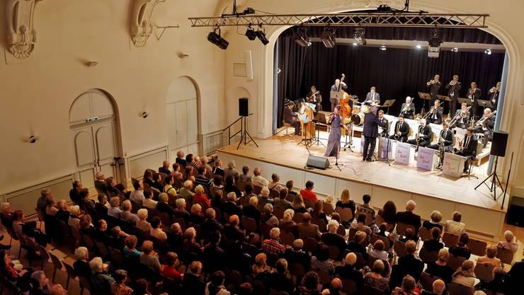 Sängerin Brigitte Wullimann lässt die unter Leitung von Pepe Lienhard stehende Argovia Philharmonic Big Band zur Hochform auflaufen.