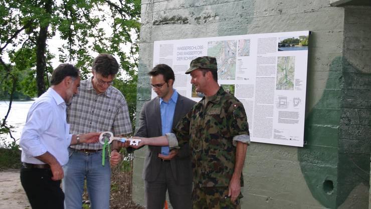 Stabsadjutant Gerwer und Titus Meier übergeben Christoph Häfeli, Präsident des Einwohnerrates Windisch, und Hanspeter Scheiwiler, Gemeindeammann von Windisch den symbolischen Schlüssel (von rechts).