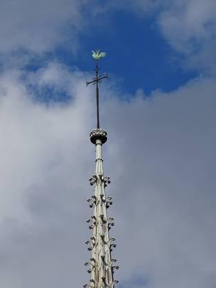 Der Spitzturm der Kirche ist nun abgebrannt. Der Bischof verstaute die Reliquien der beiden Stadtheiligen 1935 zum Schutz der Kirche ausgerechnet im goldenen Gockel auf diesem Spitzturm.