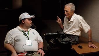 Clint Eastwood (rechts) auf dem Filmset im Gespräch mit Paul Walter Hauser, der Richard Jewell sehr gut verkörpert.