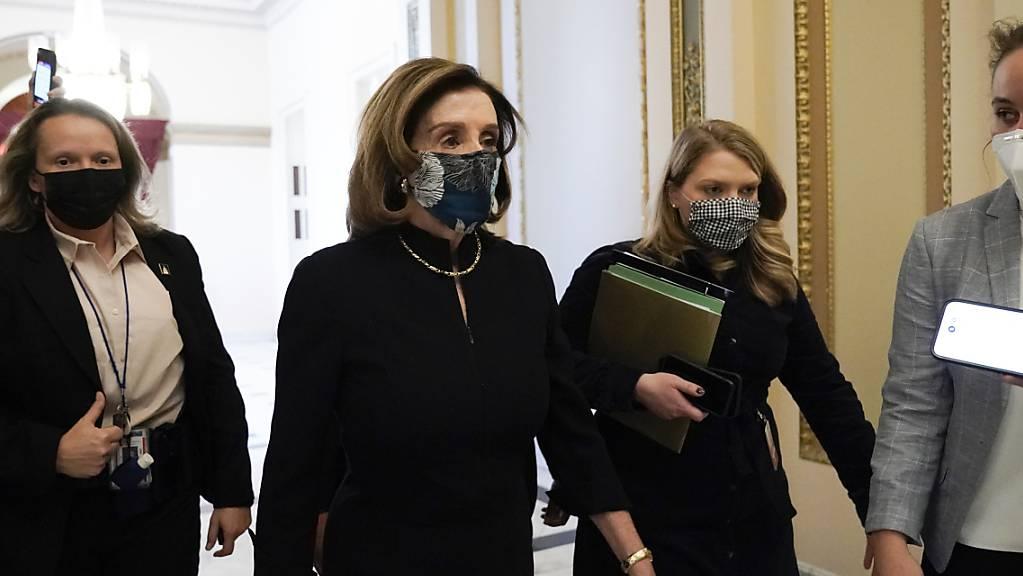 Nancy Pelosi, Sprecherin des Repräsentantenhauses, trifft in der Kammer des Repräsentantenhauses im Kapitol ein. Die Demokraten im Repräsentantenhaus treiben die Eröffnung eines zweiten Amtsenthebungsverfahrens gegen den abgewählten Präsidenten voran. Foto: J. Scott Applewhite/AP/dpa