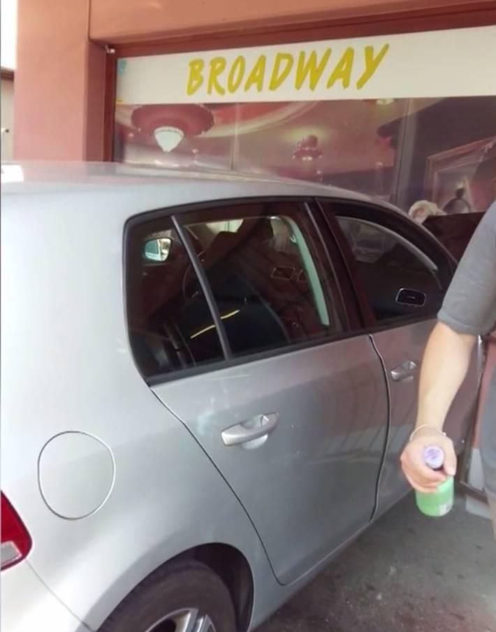 Der VW Golf steht nach dem Crash ein bisschen im Spielsalon