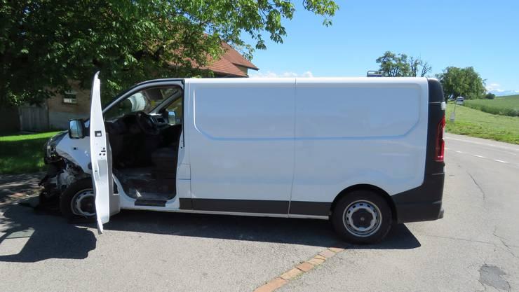 Ein Töff-Fahrer kollidiert in Rottenschwil AG mit einem Lieferwagen.