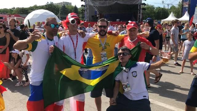 Partystimmung in Russland: Schweizer und Brasilianer feiern zusammen