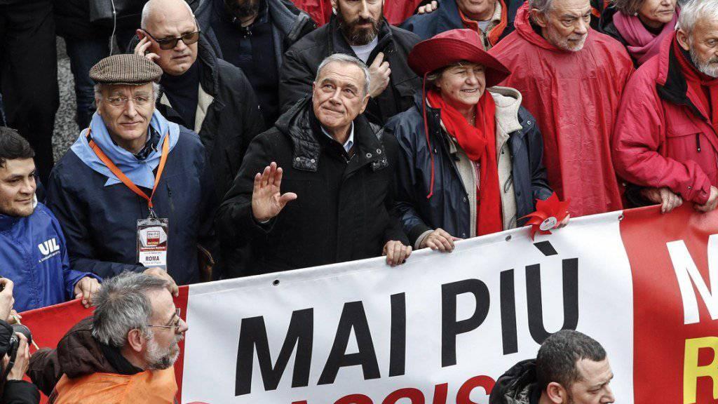 In Rom haben Zehntausende Menschen gegen Faschismus und Rassismus demonstriert.