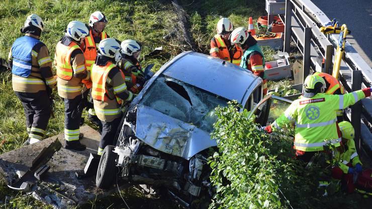 Der verletzte Autofahrer musste durch Angehörige der Feuerwehr aus dem Unfallfahrzeug geborgen werden, bevor er mit einer Ambulanz in ein Spital eingewiesen wurde.