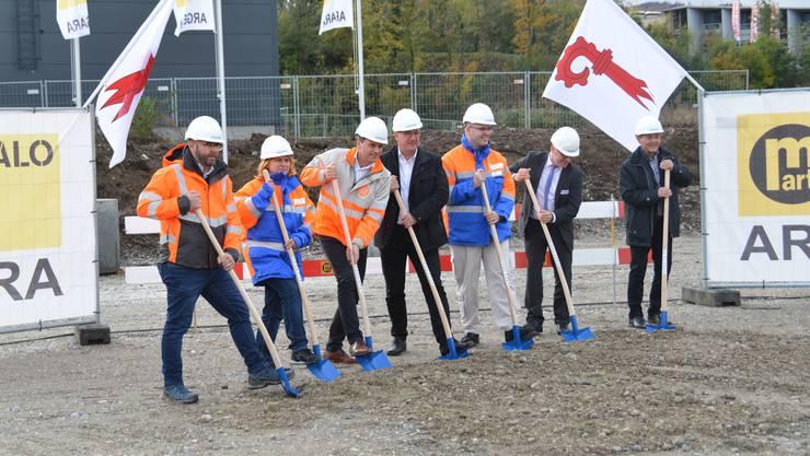 Der Spatenstich in Pratteln, mit dem Baselbieter Baudirektor Isaac Reber (Mitte) und weiteren Vertretern des Kantons und von Gemeinden.