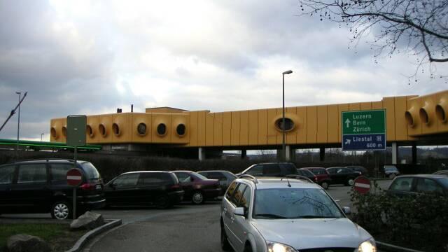 Seit 2000 präsentiert sich die Autobahn-Raststätte in leuchtendem Gelb – zuvor war die Fassade orange-braun.  Ken/zvg