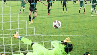 Lawrence Ati-Zigi pariert erst einen Penalty und muss sich nur Sekundenbruchteile später doch geschlagen geben