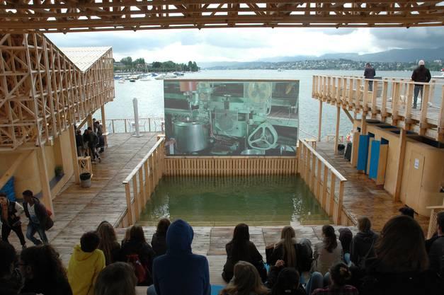 """Der Pavillon of Reflections ist das Wahrzeichen der Kunstbiennale Manifesta in Zürich. Täglich ab 11 Uhr werden hier Filme über das Zusammenwirken von Künstlern und anderen Berufsleuten im Rahmen der Manifesta gezeicht, die  unter dem Motto """"What people do for money"""" steht."""