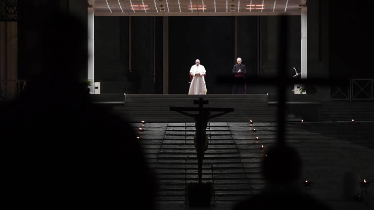Für einmal ganz allein: Der Papst begeht Karfreitagsgebete ohne Gläubige.