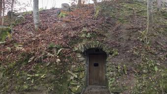 Verstecke Tür - Sie liegt im Suhrental leicht abseits von der Strasse von Wittwil in Richtung Uerkheim. Die Tür erinnert an einen Eingang in eine Hobbit-Höhle. Doch hinter der Tür beginnt die Dunkelheit.