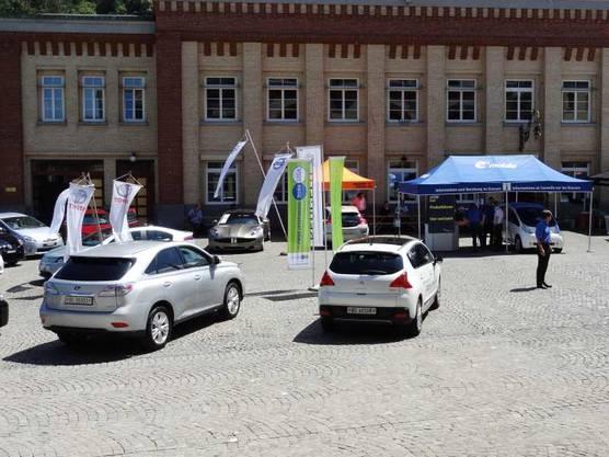 Ecocars stehen vor dem Feldschlösschen-Schalander zur Probefahrt bereit