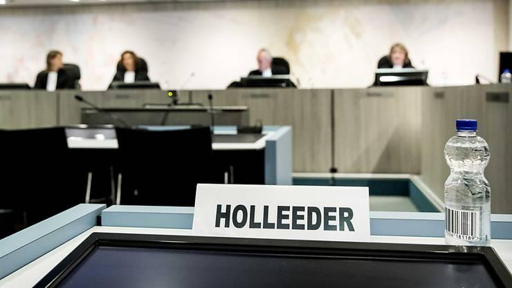 Das Strafgericht in Amsterdam hat den Heineken-Entführer Willem Holleeder am Donnerstag wegen fünf Auftragsmorden zu einer lebenslangen Gefängnisstrafe verurteilt.