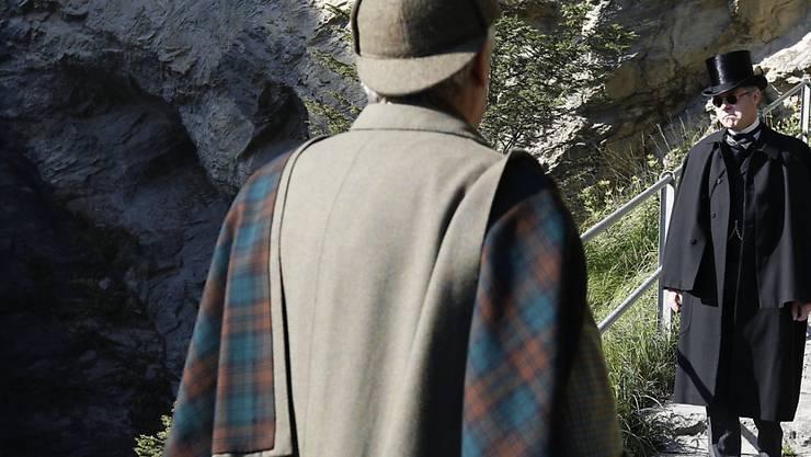 Eingefleischte Sherlock Holmes Fans treffen sich gelegentlich in Meiringen, um das letzte Aufeinandertreffen des Meisterdetektivs mit seinem Widersacher bei den Reichenbachfällen nachzustellen. (Archivbild)