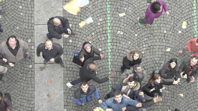 Geldregen in Zürich: Finanzberater wirft echtes Bargeld vom Himmel