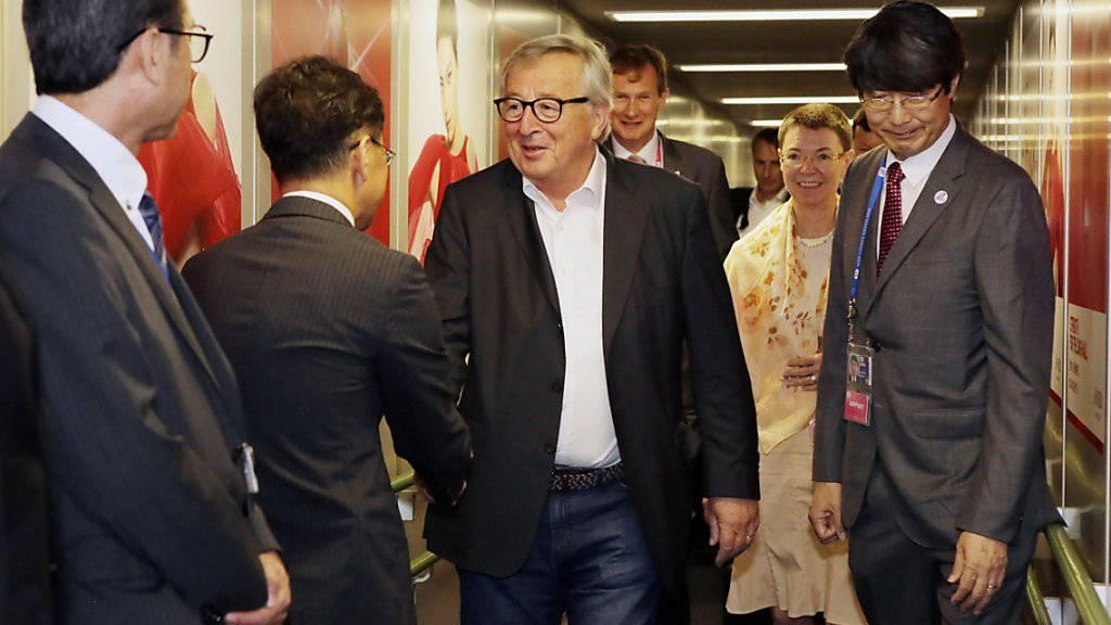 «Inmitten internationaler Handelsspannungen senden wir ein starkes Signal, dass wir für regelbasierten Handel stehen», schrieb Juncker zur Einigung auf das Handelsabkommen zwischen EU und Mercosur auf Twitter. (Bild von Juncker bei der Ankunft am G20-Gipfel in Japan).