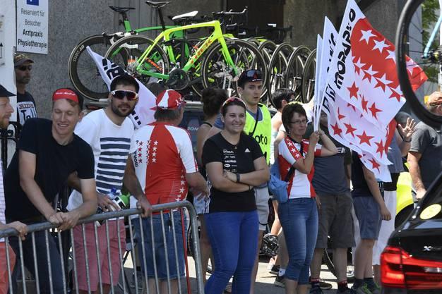 Fans aus dem Wallis von Steve Morabito in Schneisingen mit Fahnen ausgerüstet.