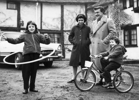 Amber, die Tochter des britischen Coiffeurs Ramond Bessone – bekannt auch als Mr. Teasy-Weasy, schwingt einen Reifen im Februar 1959.