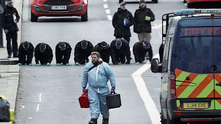 Ermittler sichern auf der London Bridge Spuren.