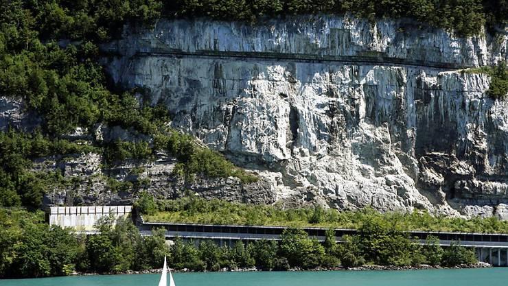 Die Axenstrasse bleibt wegen Felssturzgefahr gesperrt. (Archivbild)