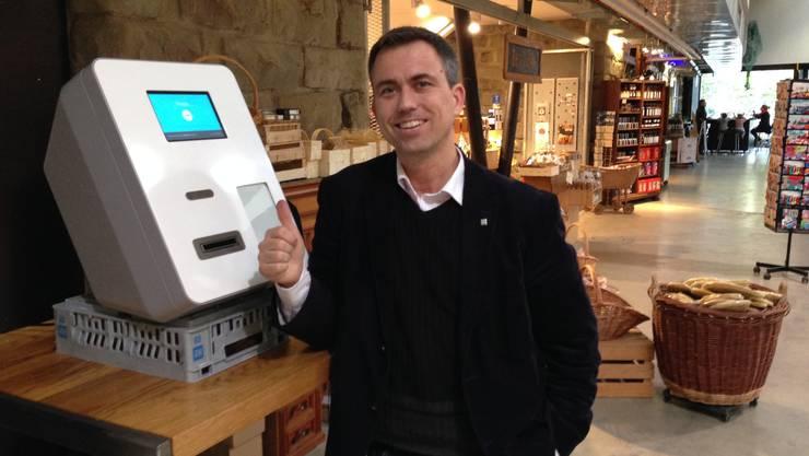 Dorian Credé, Vereinspräsident der «World Bitcoin Association», vor dem Bitcoin-Bankomat in der Martkhalle.