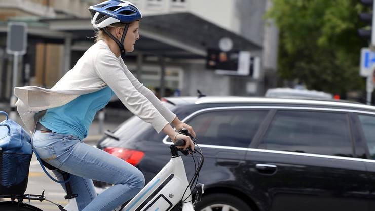 Die Fahrerin ist mit einem E-Bike unterwegs.keystone