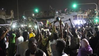 Auf Khartums Strassen brach am Freitagabend Jubel aus, nachdem der ehemalige Verteidigungsminister und Vizepräsident Awad Ibnuf nach nur 24 Stunden als Chef des Militärrates zurückgetreten war.