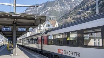 Leere Bahnhöfe wie hier in Flüelen UR: Wegen des Coronavirus ist die Nachfrage im öffentlichen Verkehr stark gesunken und der Fahrplan wird ausgedünnt. (Archivbild)