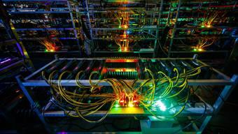 Bitcoin-Transaktionen brauchen eine hohe Rechenleistung und fressen damit Unmengen an Energie. Eine simplere Alternative soll genauso sicher, aber umweltfreundlicher sein. (Symbolbild)