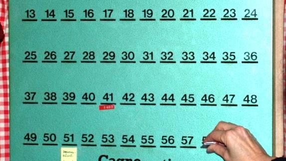 Der Kasten eines Einlegervereins: Mitglieder legen regelmässig Geld in die Schlitze. (Symbolbild)