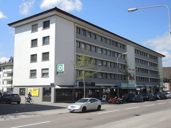 Das vom Zürcher Architekten René Oswald entworfene «Haus zum Hobel» ist ein architektonischer Zeuge der frühen Wohn- und Geschäftshausarchitektur Wettingens.