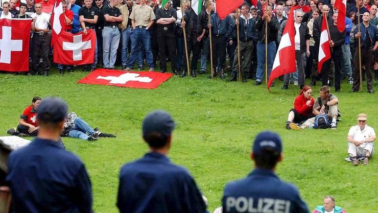 Rund 300 Skinheads nahmen im Jahr 2002 an der offiziellen Bundesfeier auf dem Rütli teil.