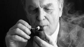 Eingehüllt in eine Rauchwolke: So geht der ehemalige Bundesrat Otto Stich in die Geschichte ein.