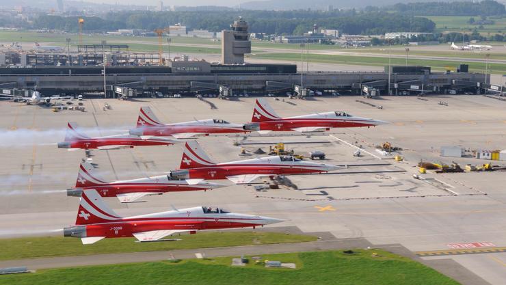Die Patrouille Suisse über dem Boden der Landebahn am Flughafen Zürich.