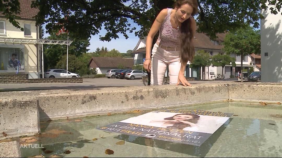 Plakate von Nancy Holten landen in Brunnen und Gebüschen