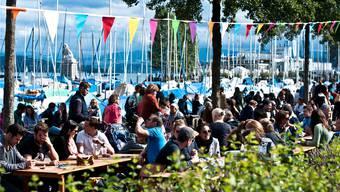 So könnte es bald auch auf der PJZ-Brache im Kreis 4 aussehen: Eine der früheren Ausgaben des Street Food Festival fand im Hafen Enge statt. zvg