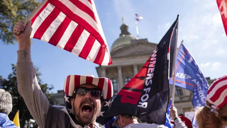 Unterstützer von US-Präsident Trump protestieren vor dem Kapitol in Atlanta, Georgia. Foto: Ben Gray/AP /dpa