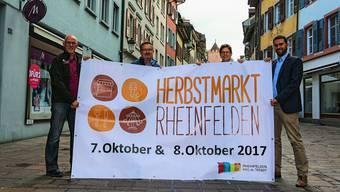 Marktchef Michele Pelosi (l.), die OK-Mitglieder und der Verein pro Altstadt sind gespannt, wie das neue Konzept des Herbstmarktes bei den Besuchern ankommt.