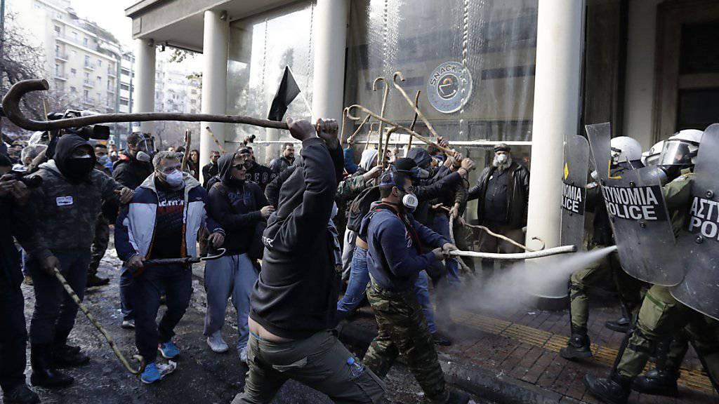 Mit Hirtenstöcken bewafnnete, randalierende Bauern in Athen