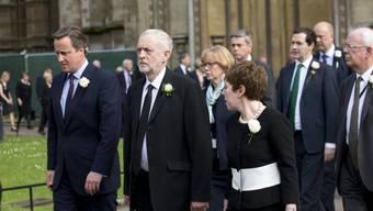 Premierminister David Cameron (links) und Labour-Chef Jeremy Corbyn am Montag bei der Ankunft bei der Margaret's Church in London zu einer Gedenkfeier für Jo Cox.