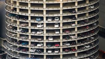 Privatfahrzeuge verbringen 95 Prozent ihrer Lebensdauer ungenutzt auf Abstellflächen wie den hier gezeigten Parkplätzen der Marina City in Chicago.