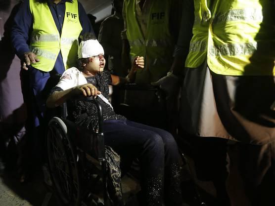 Ein verletztes Mädchen wird ins Spital gebracht
