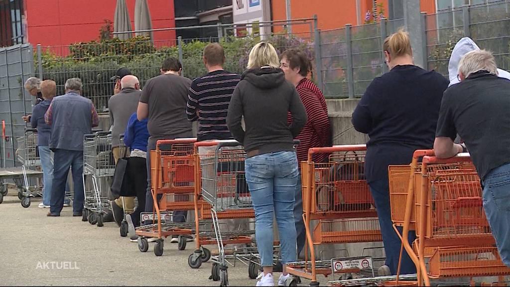 Hobbygärtner und Heimwerker stürmen in wiedereröffnete Läden